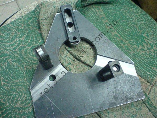 Люнет для токарного станка с металлическим корпусом